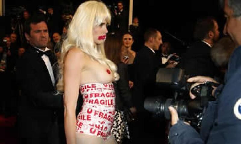 La mujer se puso una peluca rubia platino. (Foto: EFE)