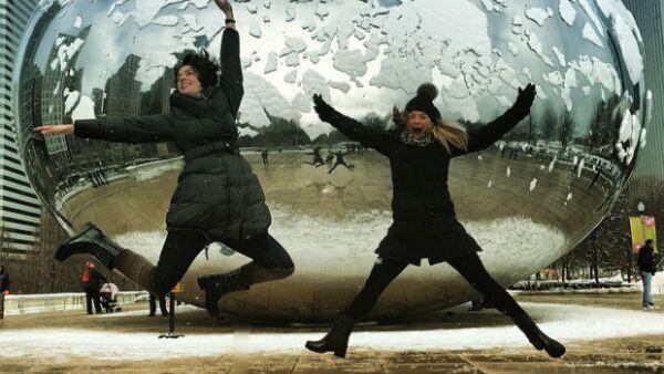 La actriz y la directora de orquesta no dejan que el clima frío de la ciudad de los vientos detenga su diversión y disfrutan de tiempo de calidad juntas antes de los conciertos de Alondra.