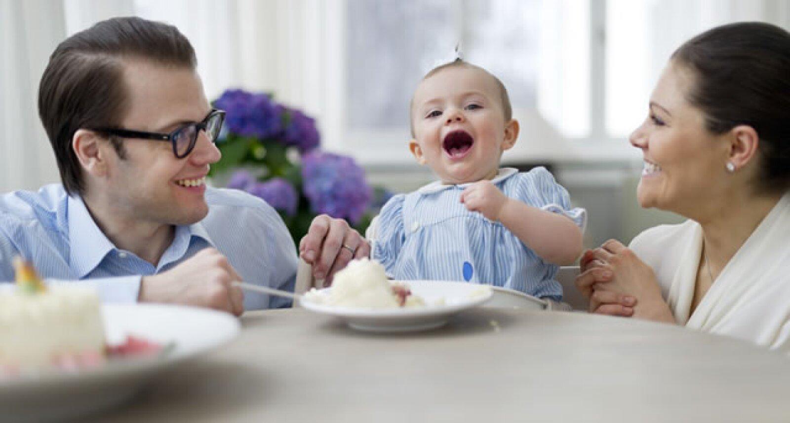 Estelle se divierte con sus padres, los Príncipes Daniel y Victoria.