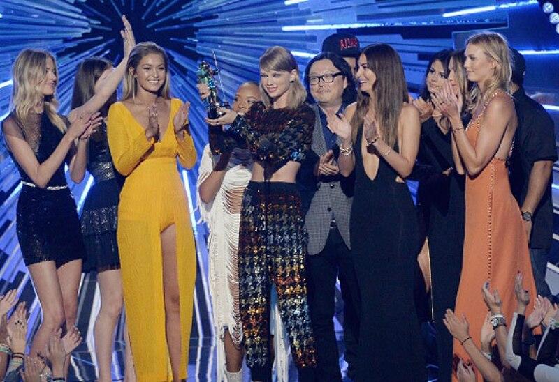 La gran ganadora de la noche sin duda fue Swift, quién con emotivo discurso agradeció al público, amigos y por supuesto a sus fans.