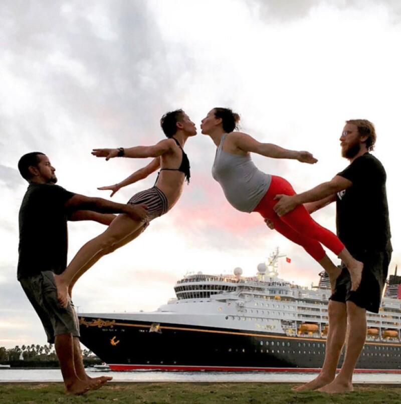 La acroyoga, o yoga con acrobacias es la principal actividad que Lizzy y su esposo realizan para mantenerse saludables.