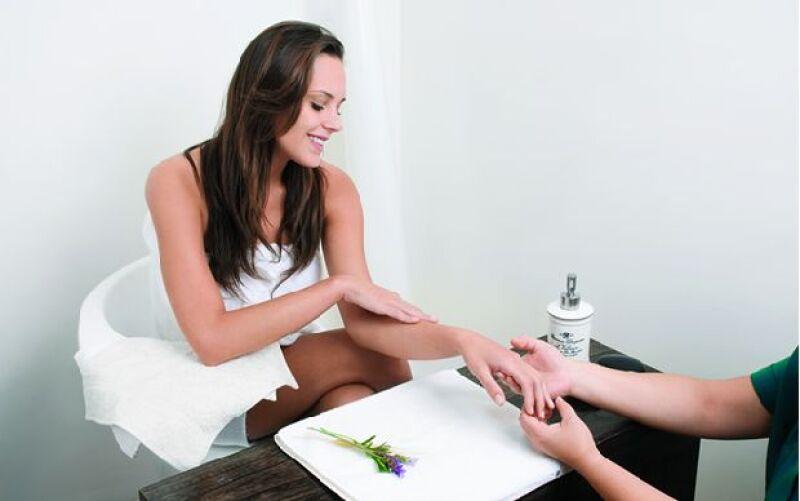 Este tratamiento de tres pasos ayuda a mantener bellas y saludables las manos más delicadas.