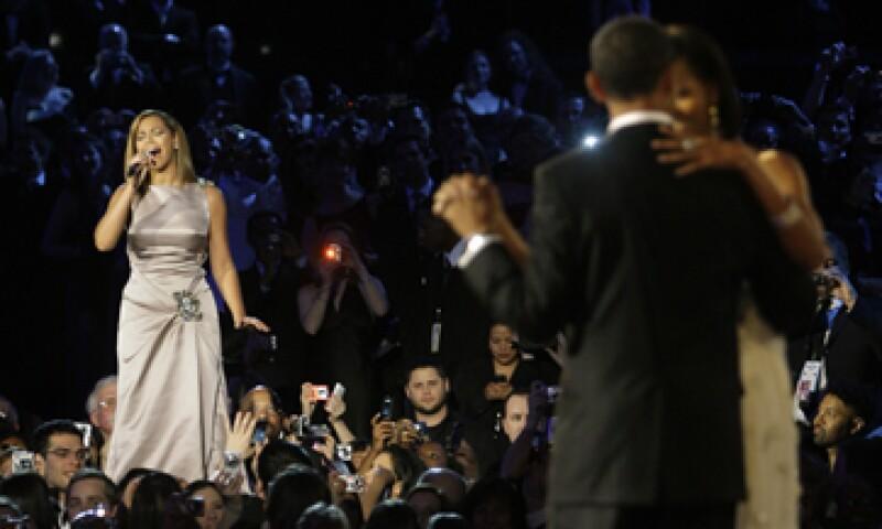 Hace cuatro años, Knowles cantó a Barack Obama y su esposa Michelle el tema At Last, de Etta James, en el día de su primer nombramiento como presidente. (Foto: AP)