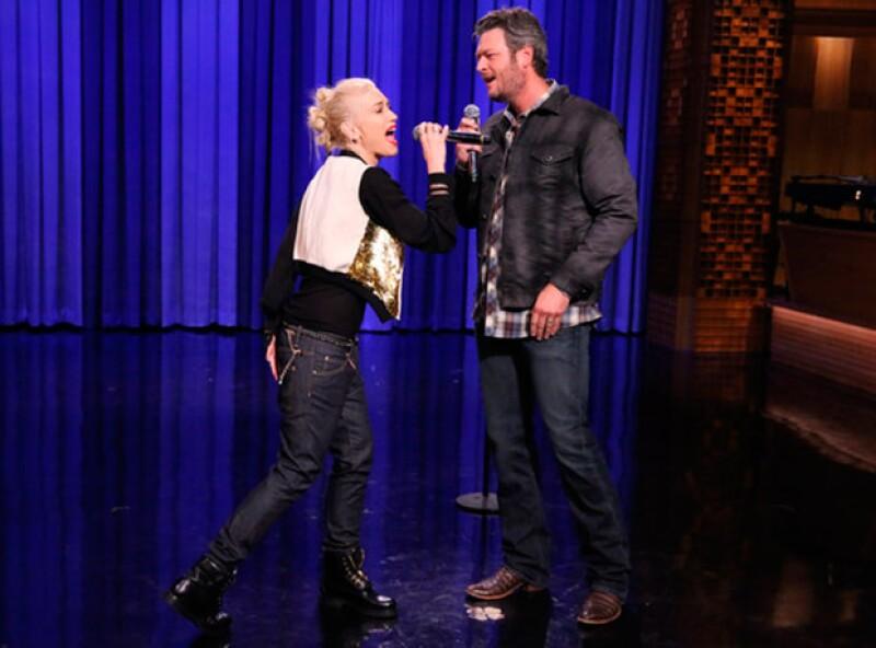 Tras semanas de especulaciones, el representante de la cantante declaró que su amistad de años se ha convertido en amor de pareja.