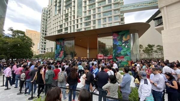 Nueva Apple Store atrae miles de fanáticos mexicanos