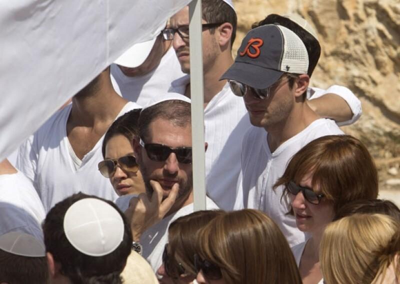 """La devota pareja de actores asistió a dar el último adiós a el """"gran rabino"""" Philip Berg, este miércoles en Israel. Ambos actores parecían muy conmovidos."""