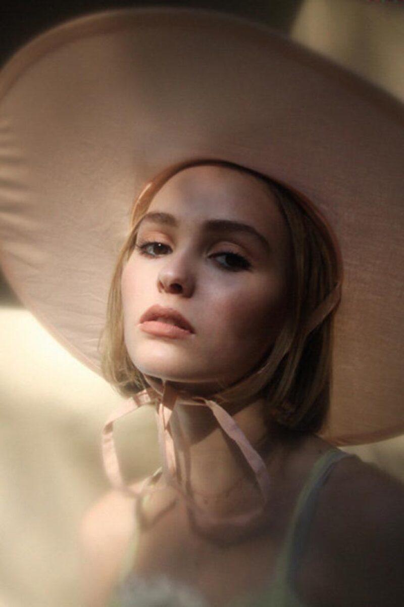 """Lily-Rose Depp posó para Oyster Magazine con gran naturalidad y porte: """"Tiene el rostro de un ángel y una presencia magnética"""", describe la publicación."""