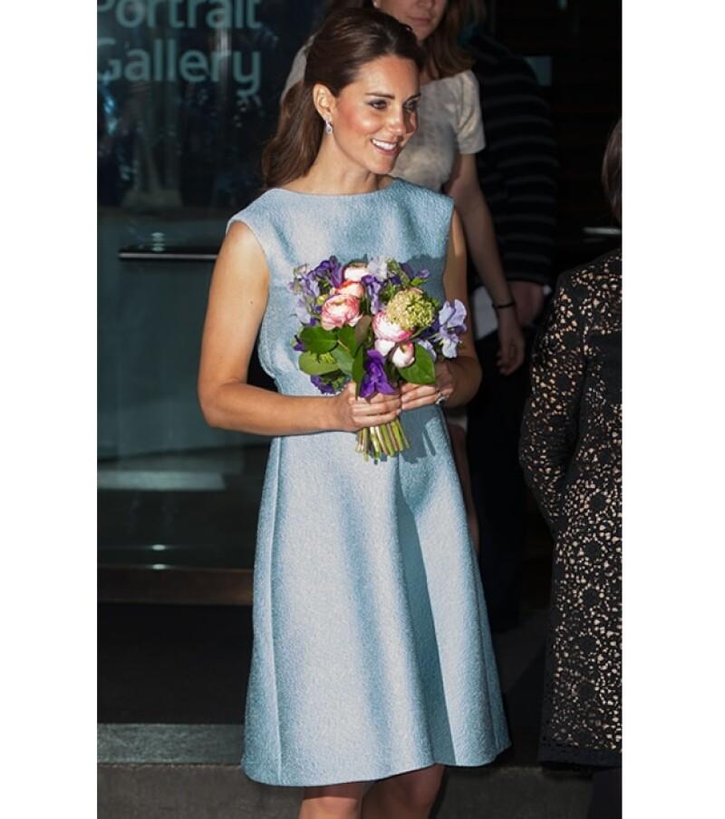 """La duquesa de Cambridge presumió su pancita y se mostró muy sonriente durante su visita oficial a la """"National Portrait Gallery"""", en Londres."""