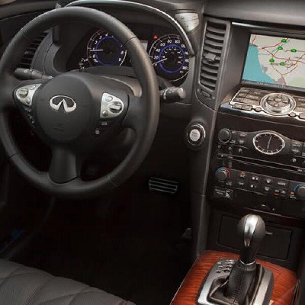 En su interior se puede apreciar lujo en cada pieza: panel GPS táctil, reproductor blu-ray, calefactor en cada asiento y tecnología bluetooth para tu equipo celular.
