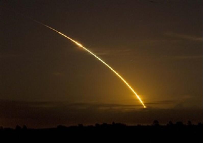 El transbordador Discovery en su vuelo hacia la estación espacial internacional visto desde Archer, Florida el sábado 29 de agosto del 2009 (Foto: AP)
