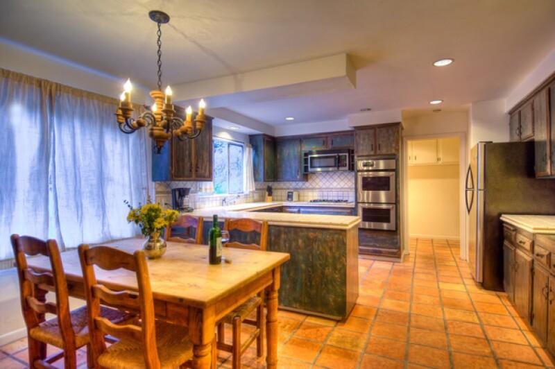 La cocina es pequeña y acojedora, y está junto a la chimenea.
