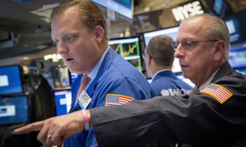El Dow Jones cayó 2.06% a 16,990 unidades. (Foto: Reuters )