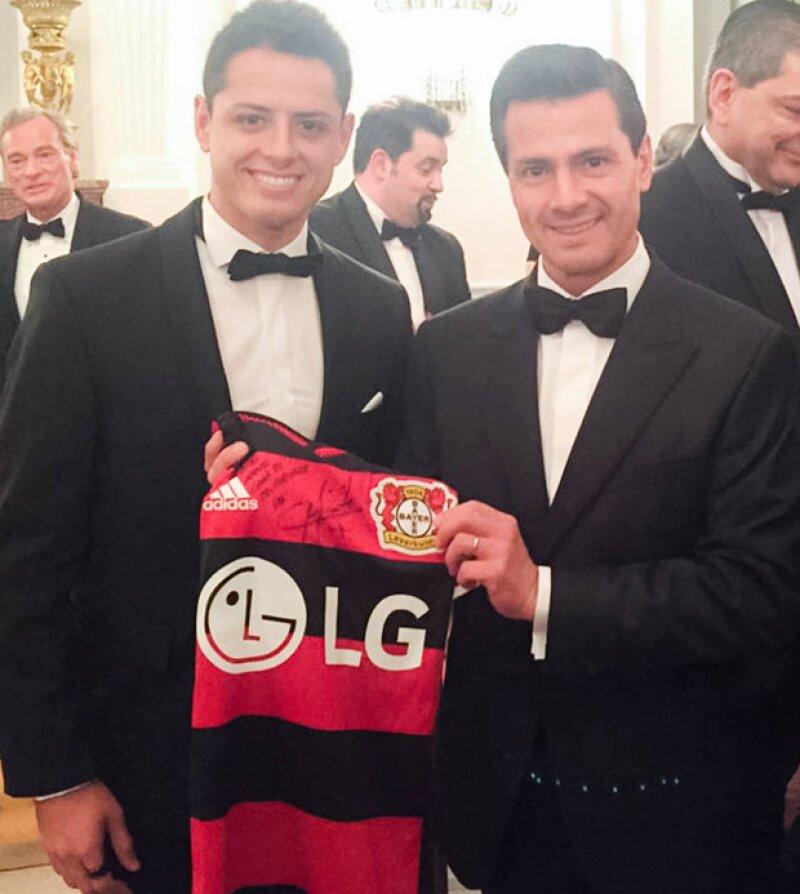 Peña Nieto posó para as cámaras con un jersey de Chicharito, quien es delantero del Bayer.