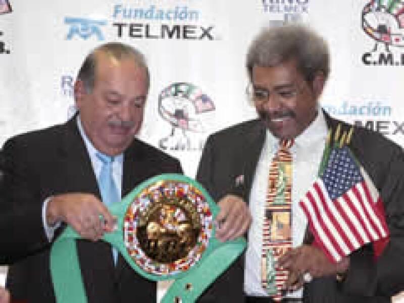 Slim recibe el cinturón del Hombre del Año de manos de Don King. (Foto: Reuters)