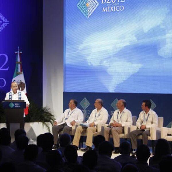 Felipe Calderón destacó la manera en que México convirtió los desafíos en oportunidades. Dijo que la economía nacional lleva trece trimestres creciendo de manera consecutiva, exporta más manufacturas que todos los países de América Latina y el Caribe junt