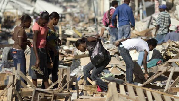 Los sobrevivientes recorren las calles en busca de alimentos en las tiendas que colapsaron con el terremoto. Algunos más remueven escombros con la esperanza de hallar a familiares que aún están desaparecidos.