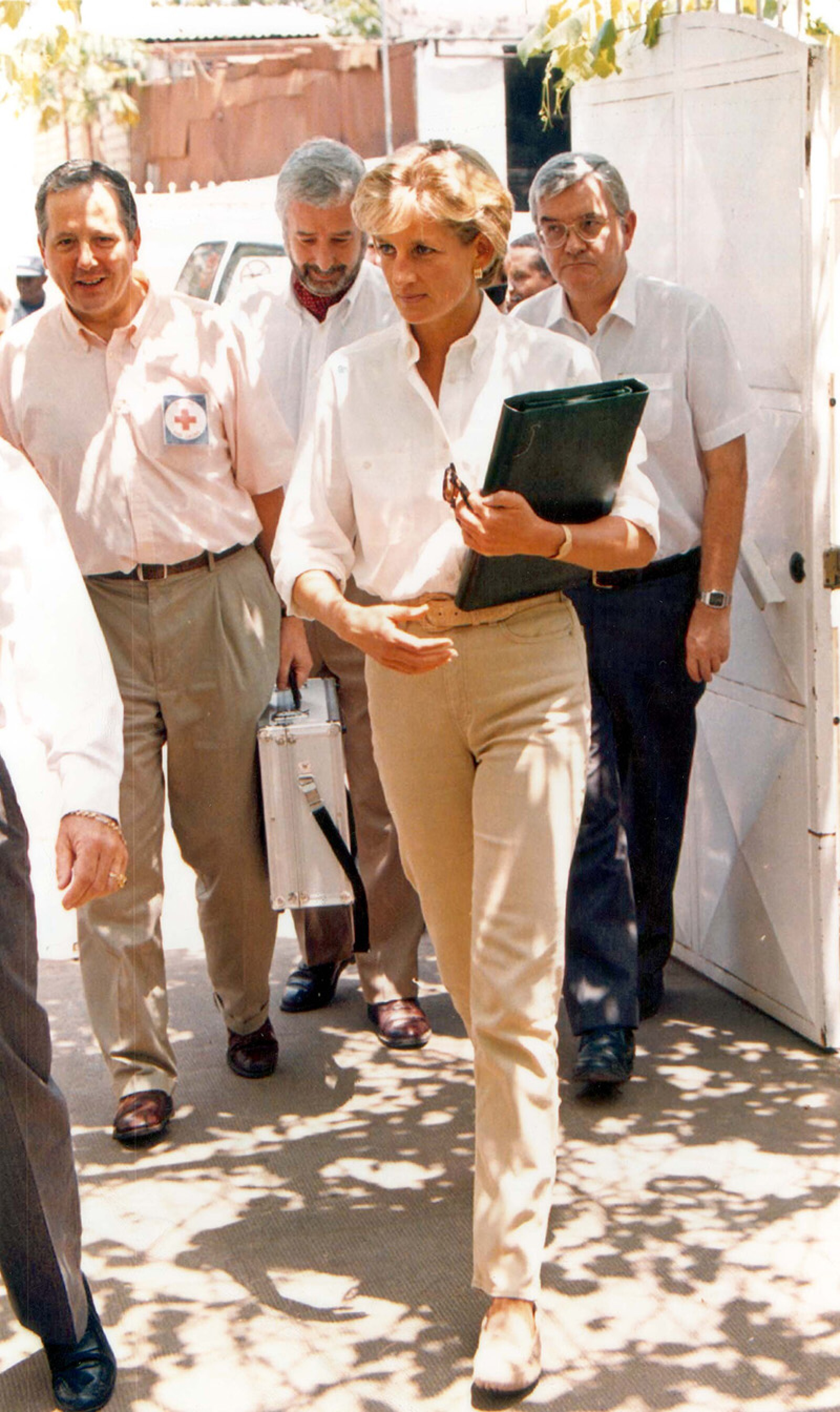 Princess Of Wales - 1997 Diana Arriving For A Briefing At The Red Cross In Luanda Angola .. After A Ten Hour Flight She Bounced Down The Aircraft Steps In Blue Jeans And Sneakers. Within 90 Minutes She Had Changed Into A Pair Of Beige Chinos Loafers