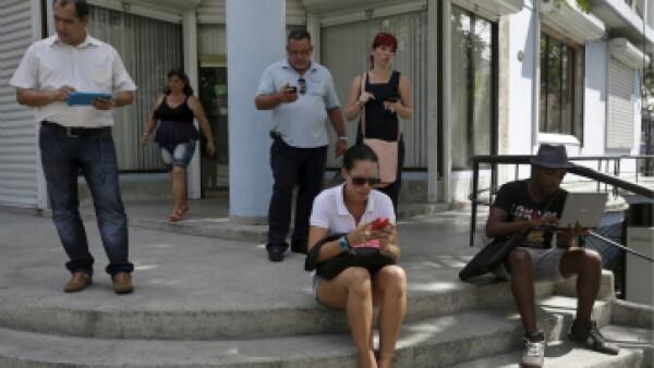 En las esquinas de La Habana se puede ver a personas conectadas. (Foto: Reuters)