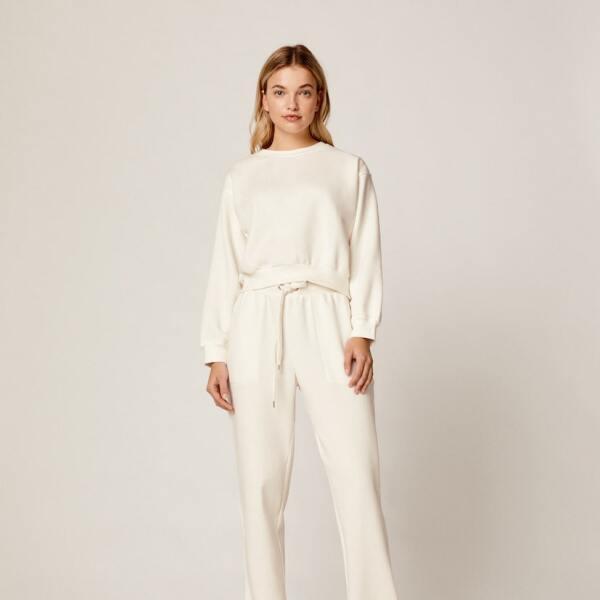 Meditar con un total look white. Unos pants y una hoodie para relajarte y despejar tu mente por unos minutos. Oysho.com / pantalón: $599, hoodie: $499
