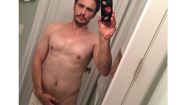 El actor compartió en Instagram una imagen de él frente al espejo, con los boxers hacia abajo mientras cubre sus partes privadas, momentos después se arrepintió y la borró.