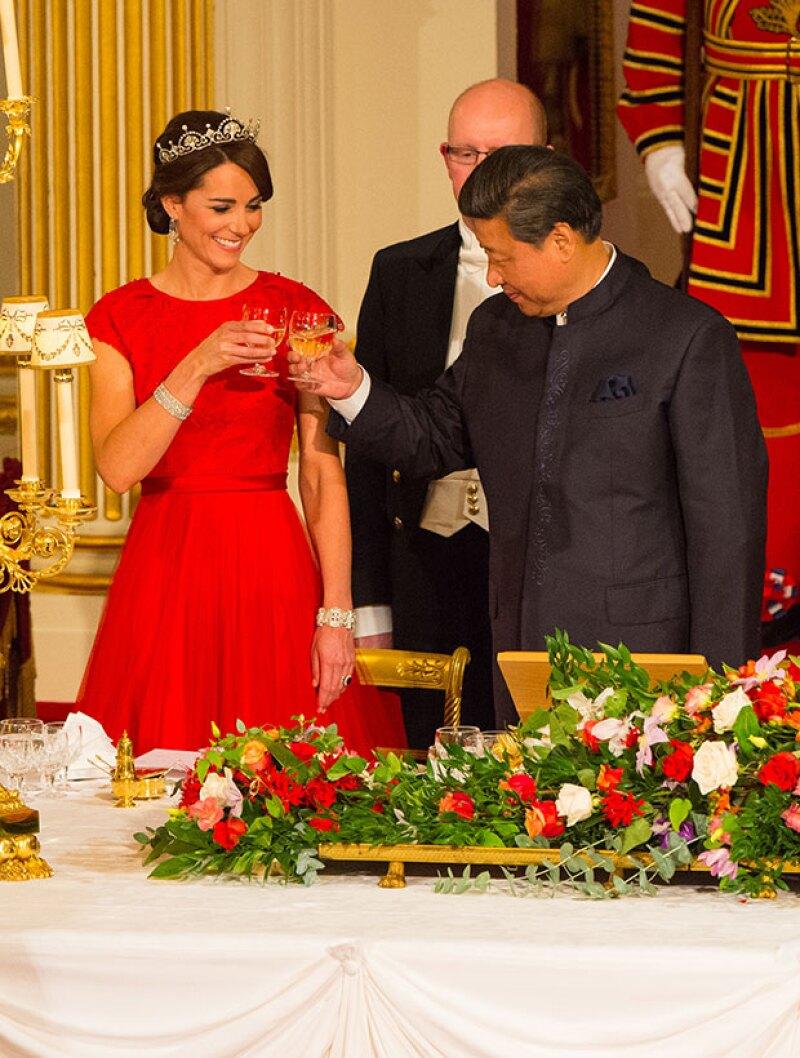 En un vestido rojo y luciendo la tiara Papyrus de la reina, la duquesa de Cambridge tomó un lugar privilegiado durante el banquete ofrecido al mandatario Xi Jinping.