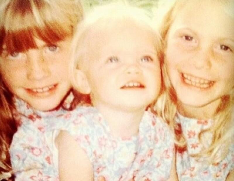 Cara con sus hermanas.