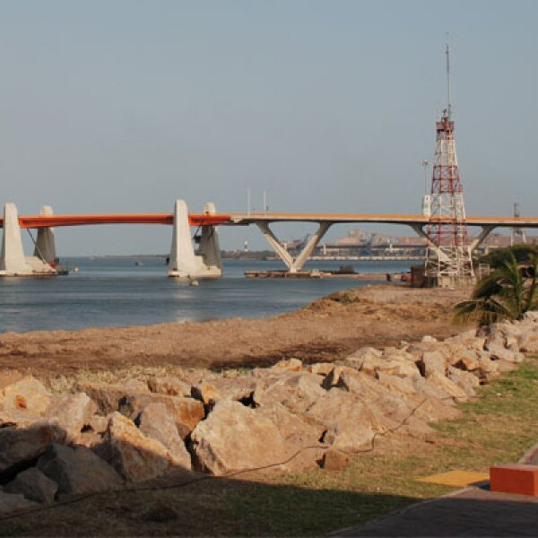 Ubicado a tan sólo 20 kilómetros de la falla de San Andrés, en Lázaro Cárdenas, Michoacán, el puente es el primero en México que cuenta con dispositivos antisísmicos que le dan movilidad y solidez.