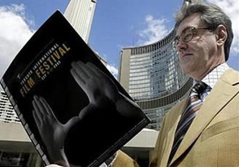 El director ejecutivo del Festival de Toronto, Piers Handling, espera recortes en películas de presupuestos medianos. En la foto, Handling consulta un programa del festival. (Foto: Reuters)