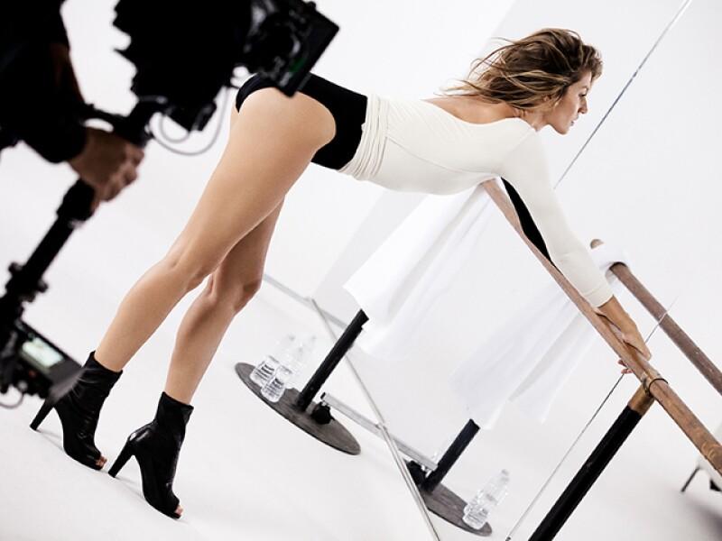 Por primera vez, la firma de zapatos lanzó un spot televisivo con la modelo brasileña. El video fue dirigido por Mario Testino.