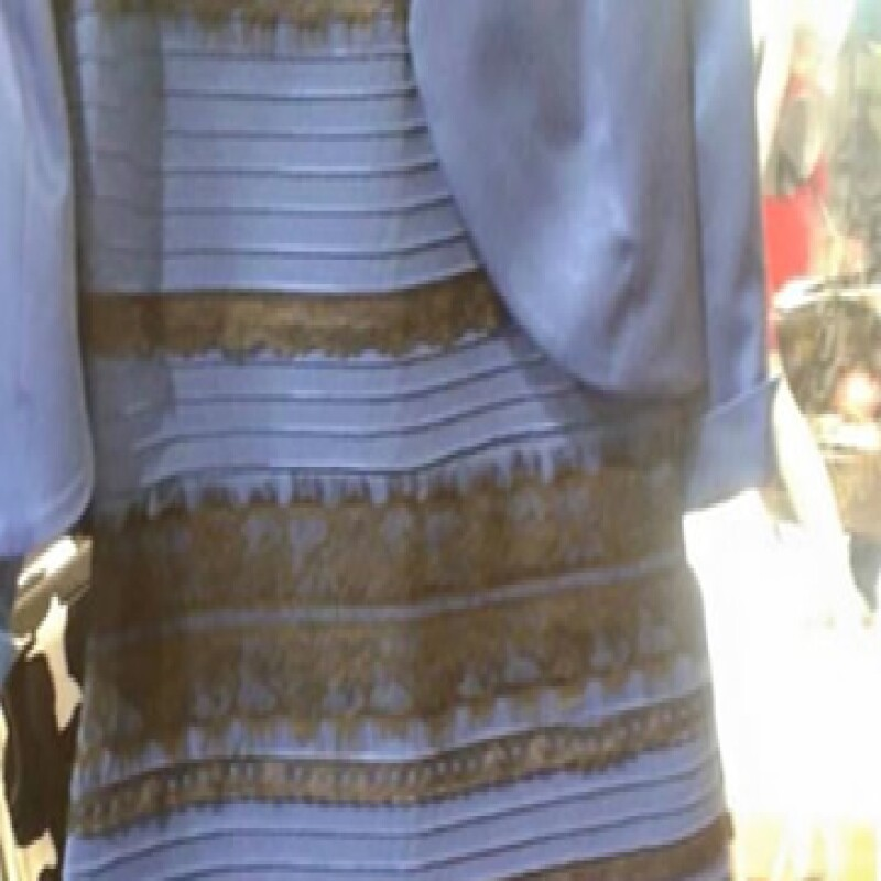 Esta es la imagen original del vestido y su color real es azul y negro.