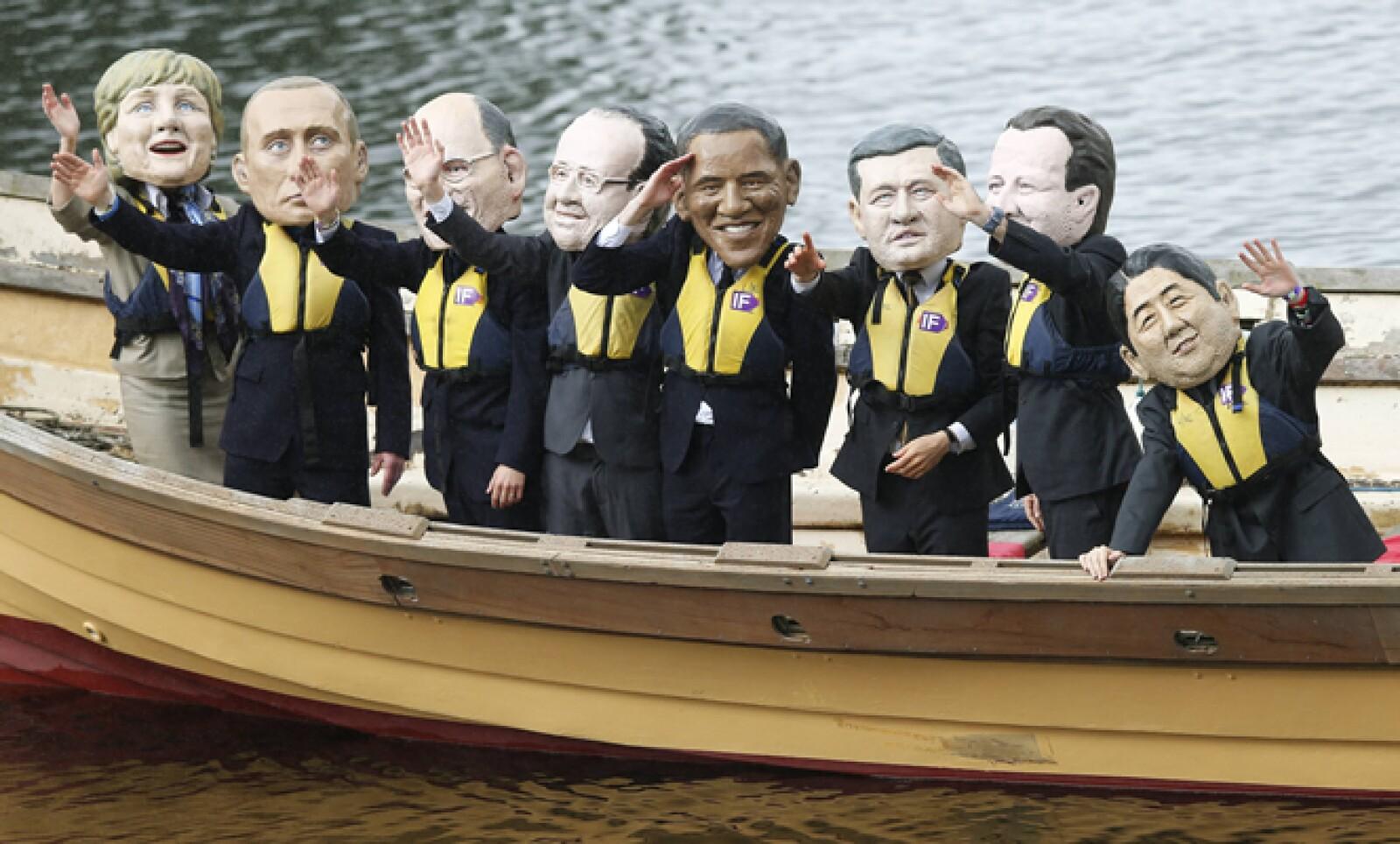 Activistas, que luchan por eliminar el hambre, realizaron una protesta en la que en un barco montaron muñecos de los líderes del G8.