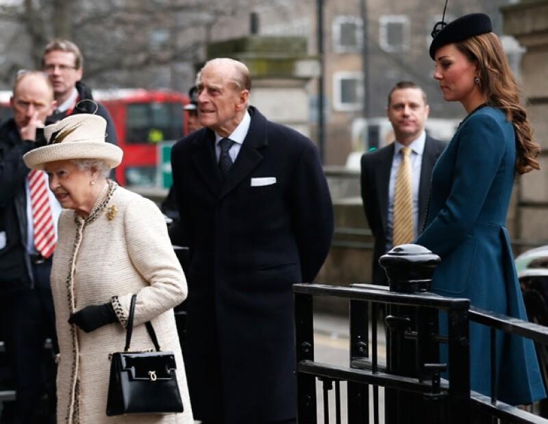 Kate Middleton con la reina Isabel II y el Duque de Edimburgo.
