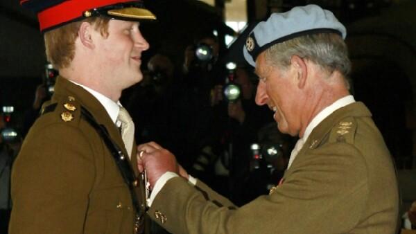 El hijo menor del príncipe Carlos y de la difunta princesa Diana completó con éxito el curso de piloto de helicópteros militares británicos, su novia lo acompañó en la ceremonia de graduación.