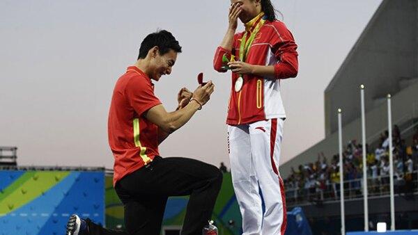 He Zi, de 25 años, acababa de recibir la medalla de plata en clavados cuando sorpresivamente apareció su novio y le pidió matrimonio frente al publico en el centro acuático Maria Lenk.