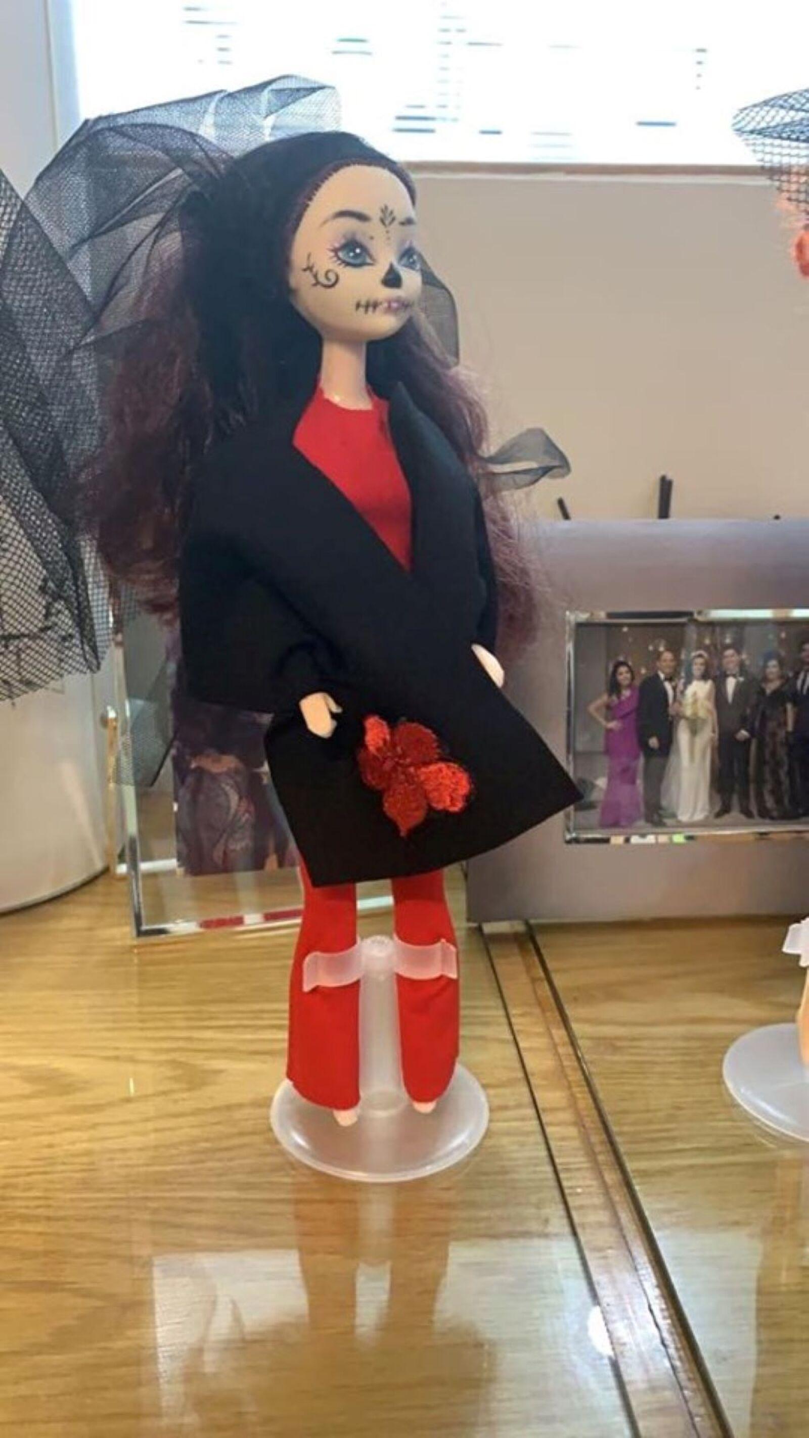 Recrean vestido de Beatriz Gutiérrez para una muñeca 13.jpg