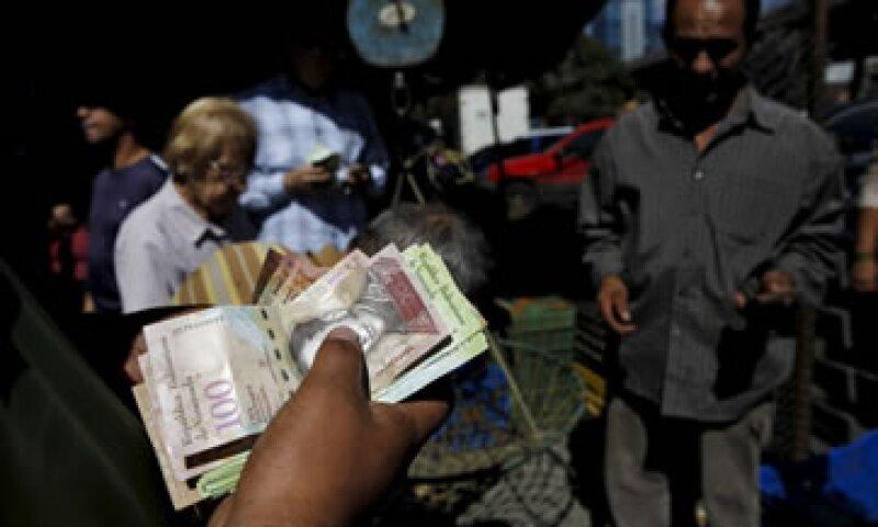 Un hombre cuenta bolívares en un mercado de vegetales en Caracas, capital de Venezuela. (Foto: Reuters )