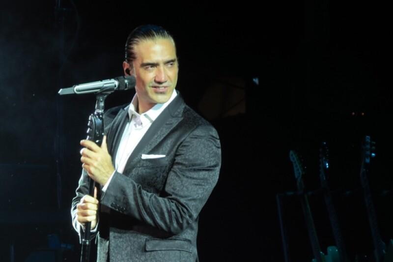 El cantante dio su última presentación en España y durante el concierto, su novia Karla Laveaga, así como sus hijas América y Camila, corearon sus canciones.