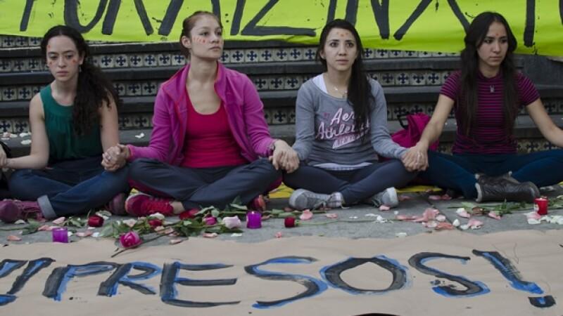 Estudiantes protestan afuera de la PGR por la detención de 11 personas el pasado 20 de noviembre durante una manifestación por Ayotzinapa
