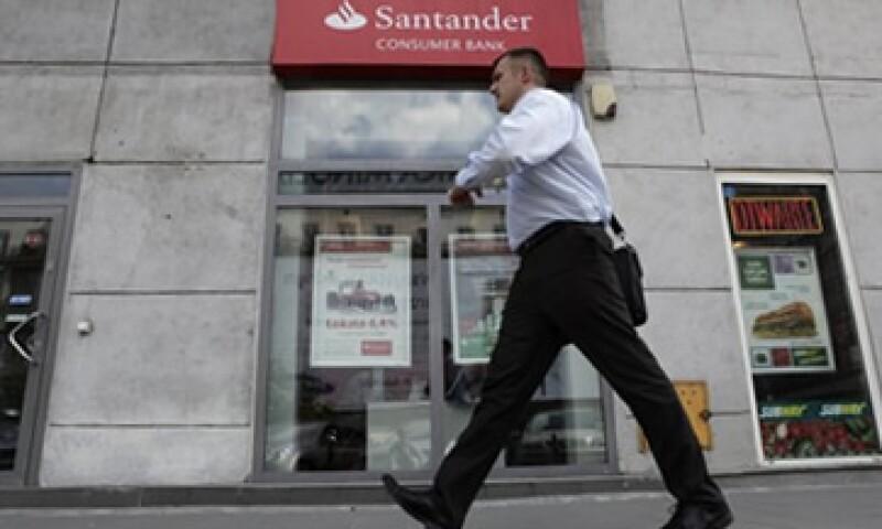 Santander dijo que pese a los gastos en insolvencia, sus ingresos representaron el 12% del total de su matriz. (Foto: AP)