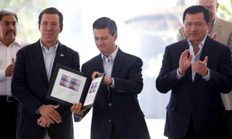 El presidente Peña Nieto canceló el timbre postal conmemorativo del 75 aniversario de la Expropiación Petrolera. (Foto: Notimex)