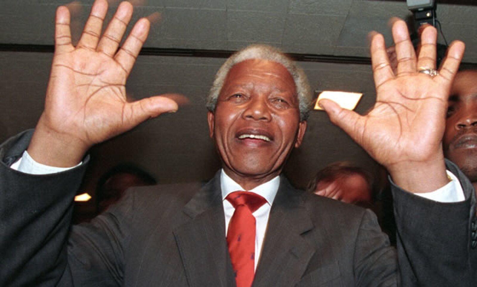 """""""Cuando finalmente atravesé esas puertas (...) sentí que mi vida comenzada de nuevo incluso a la edad de 71 años. Mis 10.000 días de prisión habían finalmente terminado"""", escribió Mandela tras su liberación el 11 de febrero de 1990."""