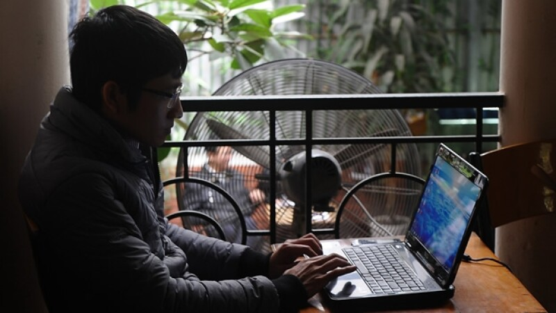 un joven una computadora en vietnam