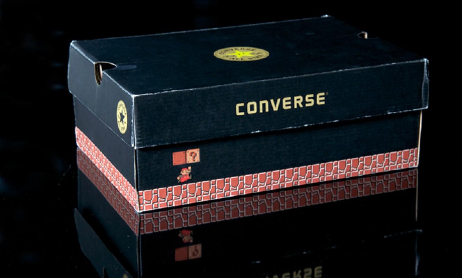 Hasta la caja del calzado tiene detalles del videojuego.
