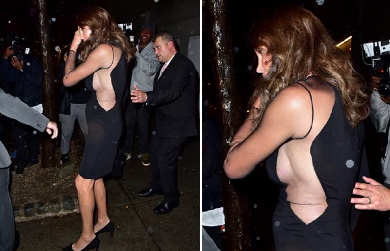 La ex pareja de Kris Jenner fue captada mostrando sideboob al salir del evento de moda al que acudió para apoyar a su hija Kendall.