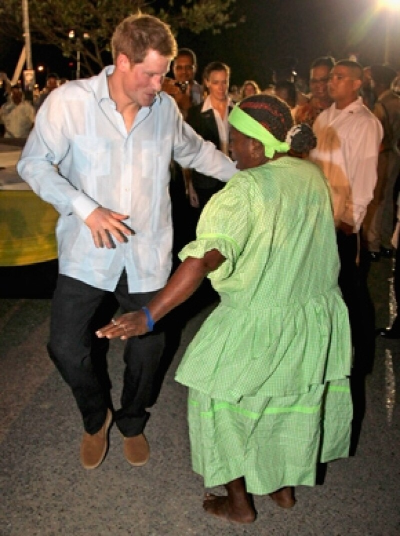 Durante su visita a Belice, el hermano de Guillermo y cuñado de Kate, bebió un poco de ron y realizó un baile callejero.