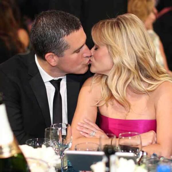 Reese Witherspoon también se sumó al apartado de los enamorados, con un tierno beso a su esposo.