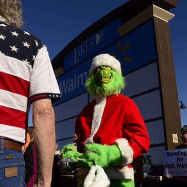 En esta jornada de compras, no todos están satisfechos. En las afueras de algunos Walmarts hubo protestas por las largas horas de jornada para lo trabajadores.