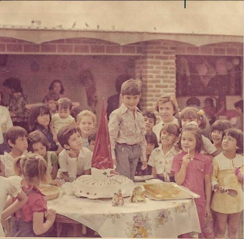 Alejandro Fernández, que celebra este viernes su cumpleaños 44, publicó dos fotos de sus fiestas de cumpleaños cuando era niño.