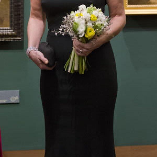 Angélica Rivera lució un vestido largo color negro que mostraba hombros.