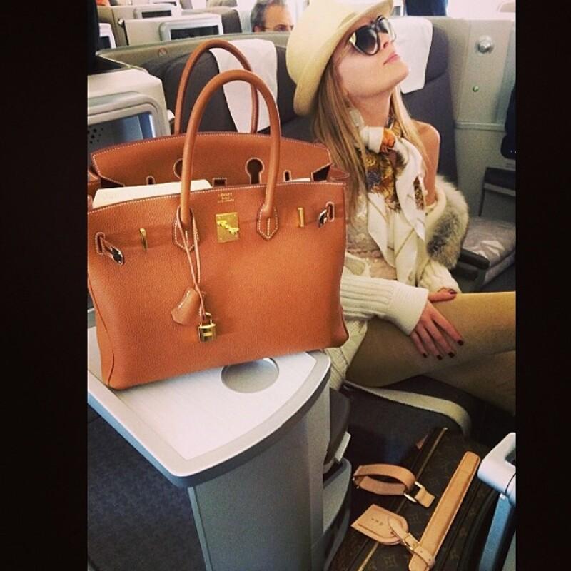 Desde el avión, Belinda se encargó de compartir con sus admiradores su próximo viaje.